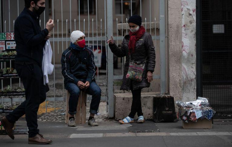 """A aposta na """"imunidade de rebanho"""" contra a covid-19 no Brasil expõe a risco milhões de vidas"""