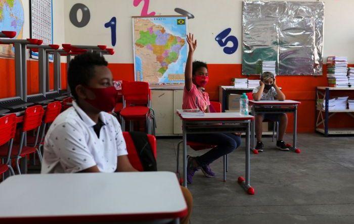 Alta contaminação e salas vazias marcam volta às aulas presenciais no país