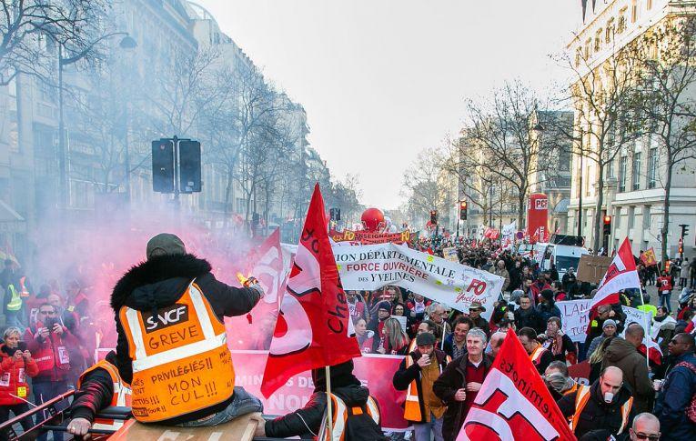 Ataque à Previdência move protestos e rejeição a governos no Chile e na França
