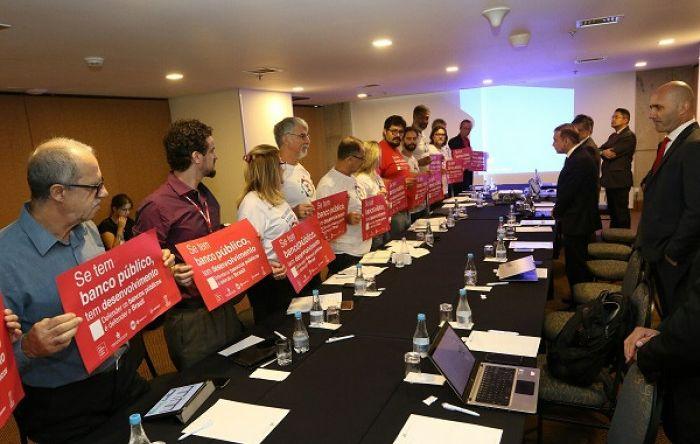 Ato em defesa da Caixa 100% pública marca negociação da mesa permanente