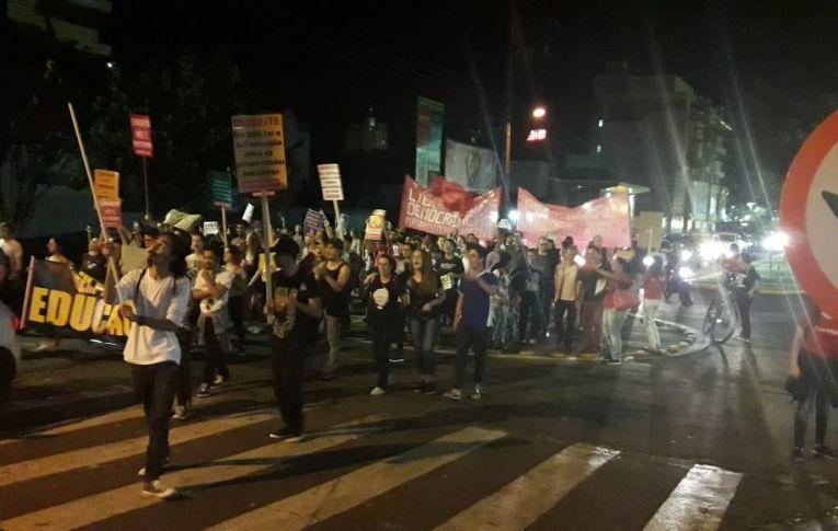 Atos em defesa da educação e da aposentadoria tomaram as ruas do país