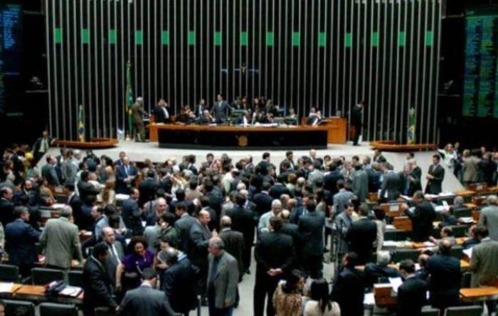 Bancada de oposição tenta desengavetar PL contra trabalho escravo parado na Câmara