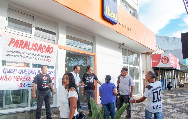 Bancários do Itaú protestam contra implantação da reforma trabalhista