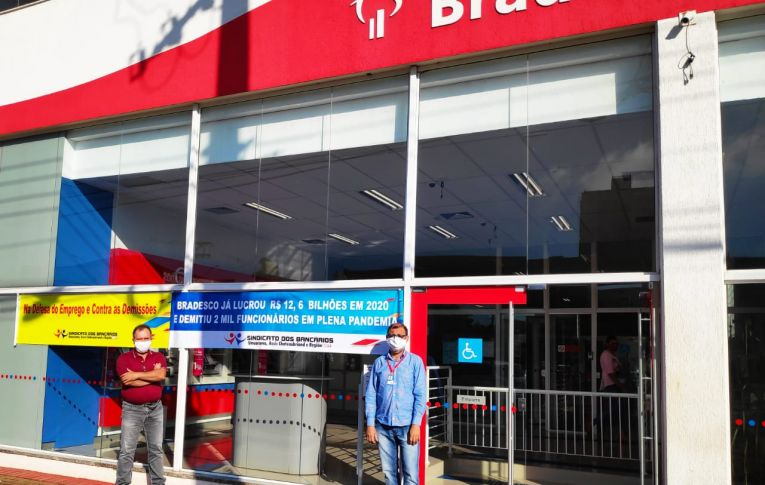 Bancários realizam nova manifestações contra demissões no Bradesco