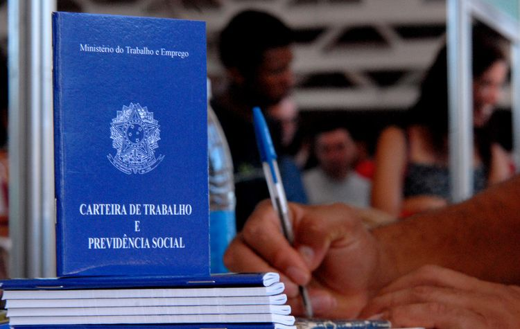 Bolsonaro aproveita coronavírus para suspender salários por até 4 meses