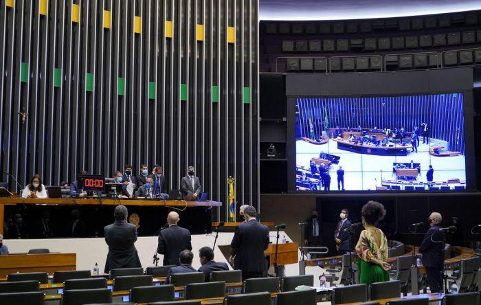 Câmara aprova em 1º turno PEC que libera auxílio e congela salário de servidores