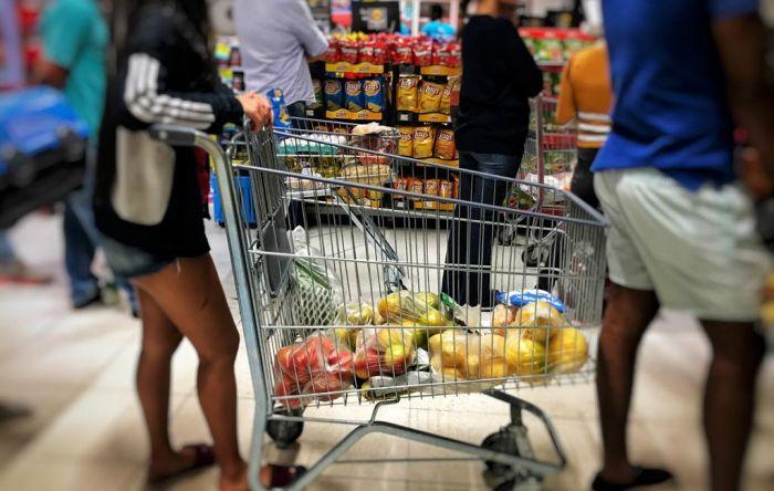 Classe média e pobres sentem disparada nos preços dos alimentos e reduzem consumo
