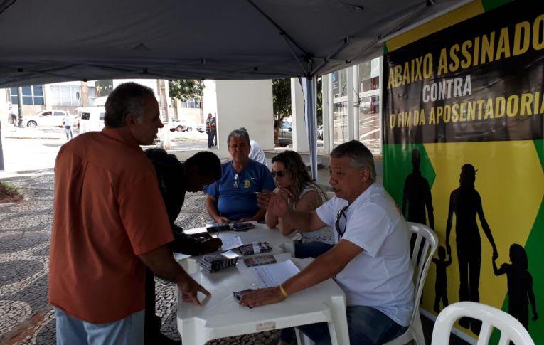 Coleta de assinaturas contra a Reforma da Previdência prossegue em Umuarama e em todo o Brasil