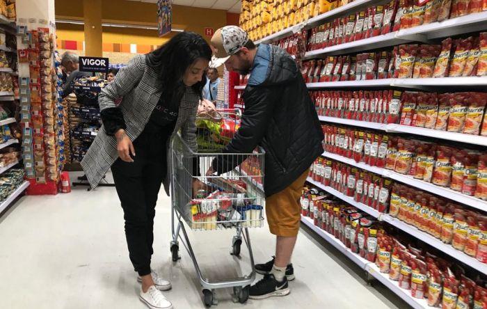 Com alta da inflação e sem auxílio, famílias cortam itens essenciais da alimentação