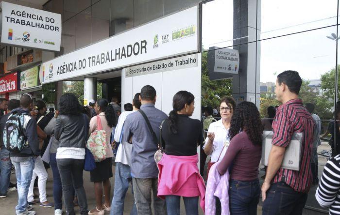 Com Covid-19 e desgovernado, país perde mais de 1 milhão de empregos formais