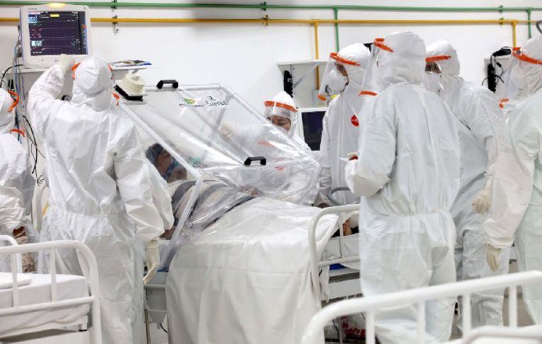 Com mais de 88 mil mortos, Brasil não consegue passar da 'primeira onda' de covid-19