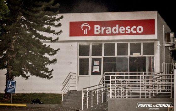Criminosos fortemente armados assaltam agência do Bradesco e assustam moradores de Douradina