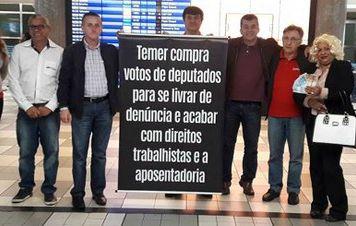CUT-SP pressiona deputados no aeroporto por votos a favor da denúncia contra Temer