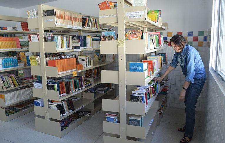 Empregados da Caixa fazem doações de livros para escolas e ONGs de nove estados