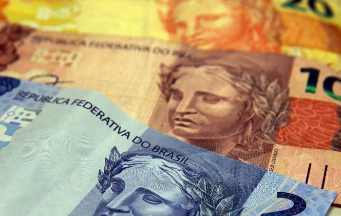 Enquanto mínimo fica abaixo da inflação, Bolsonaro reajusta seu salário em R$ 2 mil