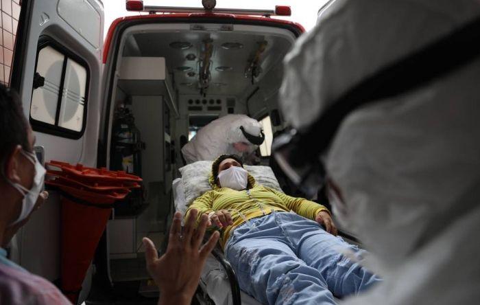 Enquanto pandemia recua no mundo, Brasil fracassa no combate à Covid-19