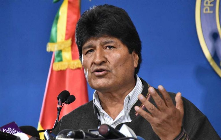 Forças Armadas na Bolívia se unem à oposição e Evo Morales renuncia. Golpe está consumado