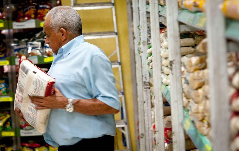 Governo quer começar 'reforma' tributária elevando impostos na cesta básica