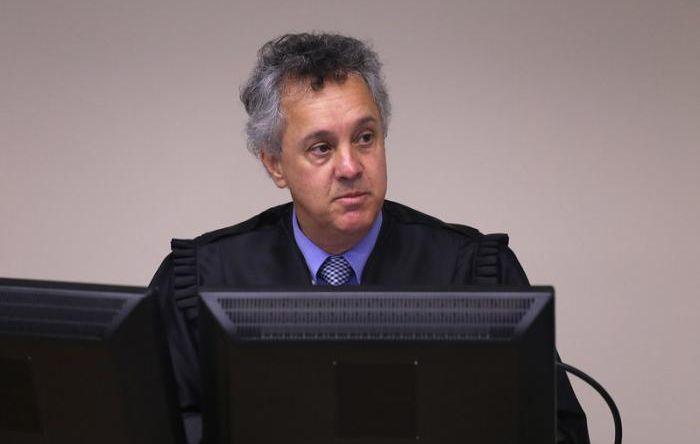 Juízes do TRF4 afrontam STF e, ao invés de anular sentença, aumentam pena de Lula