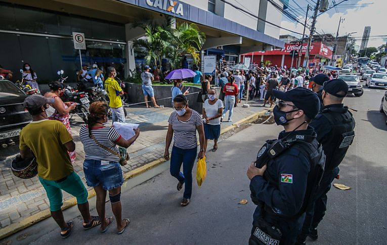 Justiça determina que Caixa e Dataprev acelerarem pagamentos de auxílios emergenciais