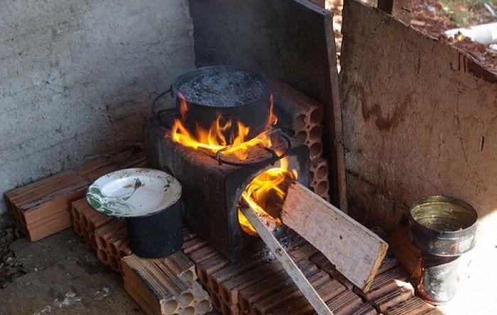 Mais de 14 milhões de famílias usam lenha ou carvão para cozinhar, diz IBGE