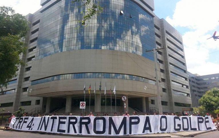 Manifestação relâmpago na sede do TRF4, em Porto Alegre, pede o fim do golpe
