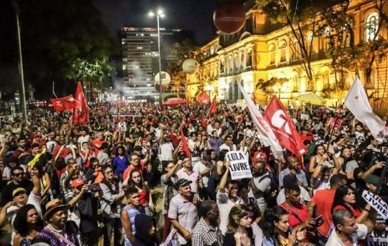 Manifestantes exigem liberdade de Lula nas ruas de São Paulo e do exterior