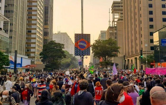 Milhares de pessoas vão às ruas exigir o impeachment de Bolsonaro