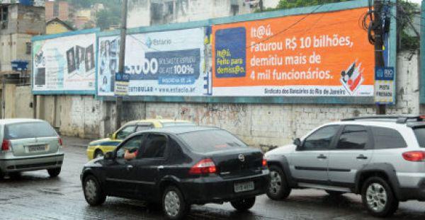 Sindicato do Rio espalha outdoors contra demissões de funcionários no Itaú