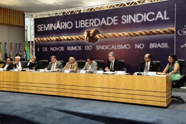 CUT defende extinção do imposto sindical em seminário no TST