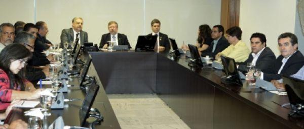 Trabalhadores entregam 220 mil assinaturas na Câmara pela PLR sem IR