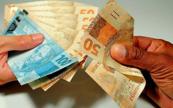 Mínimo vai a R$ 937, com reajuste abaixo da inflação prevista pelo próprio governo