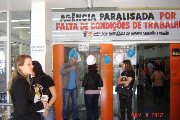 Paralisação no Itaú por melhores condições de trabalho leva penicos na manifestação