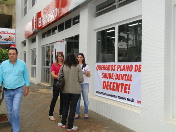 Sindicato de Toledo  realiza manisfesto sobre plano de saúde no Bradesco.