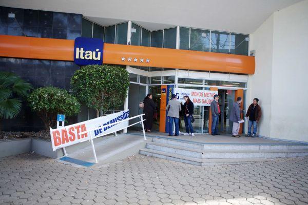 Enquanto demite, Itaú Unibanco investe em ações da TAM