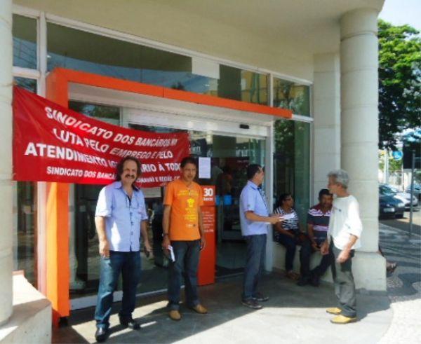 Bancários protestam contra o horário estendido no Itaú