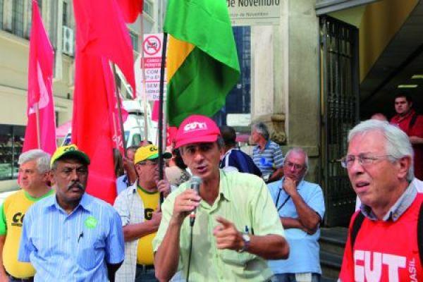 """""""Dilma, eu não me engano, privatizar é coisa de tucano"""", entoam manifestantes"""