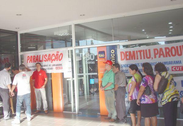Sindicato do Pactu fecha agência  do Itaú em protesto contra demissão