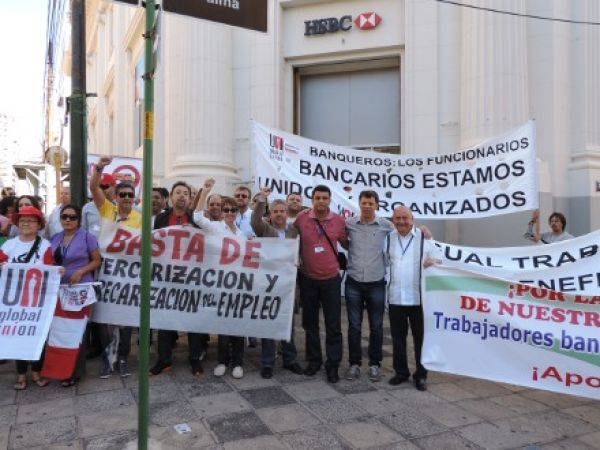 Por emprego e direitos dos bancários, redes sindicais marcham em Assunção