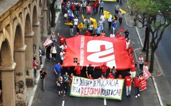 Marcha defende democracia e reforma política em Porto Alegre