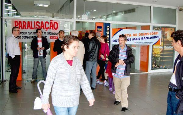 Paralisações no banco Itaú pelo fim das demissões e por mais segurança nas agências