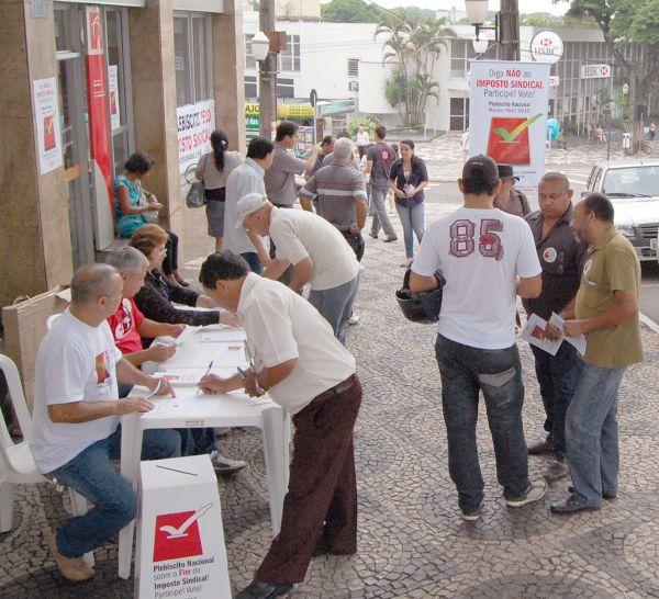 Bancários em Umuarama participam do lançamento do plebiscito pelo fim do imposto sindical