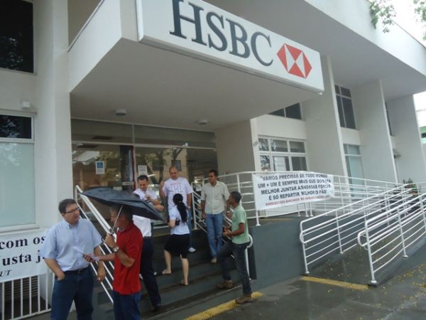 Sindicatos do Pactu protestam contra demissões no HSBC