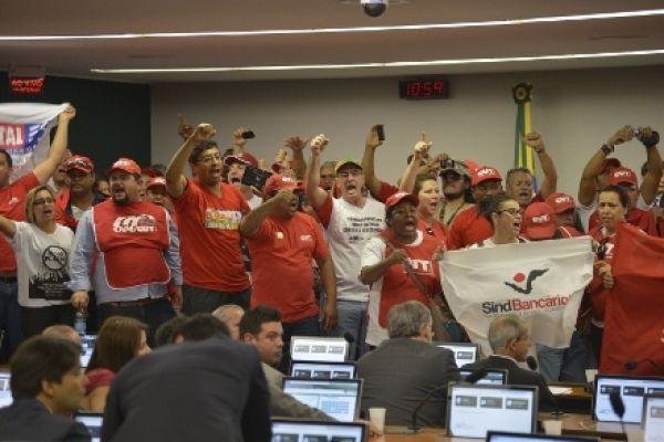 Trabalhadores ocupam a CCJC e exigem arquivamento já do PL 4330