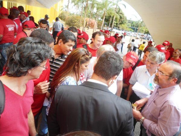 Trabalhadores pressionam e adiam votação do PL 4330 para 3 de setembro. Pactu esteve presente