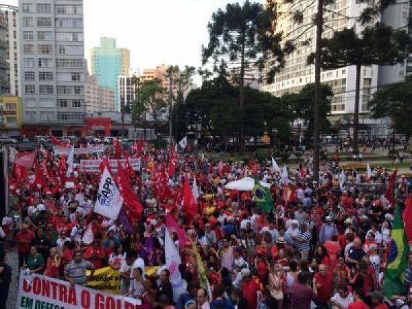 Milhares de pessoas nas ruas de Curitiba em defesa da democracia e da Petrobrás