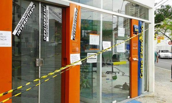 Agência do Banco Itaú interditada pela Vigilância Sanitária em Guarapuava.