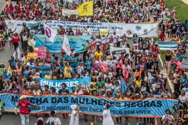 50 mil mulheres negras marcham contra o racismo e contra a violência em Brasília