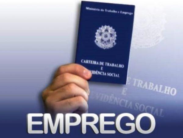 Empregos com carteira assinada caem 3,1% em um ano, diz IBGE