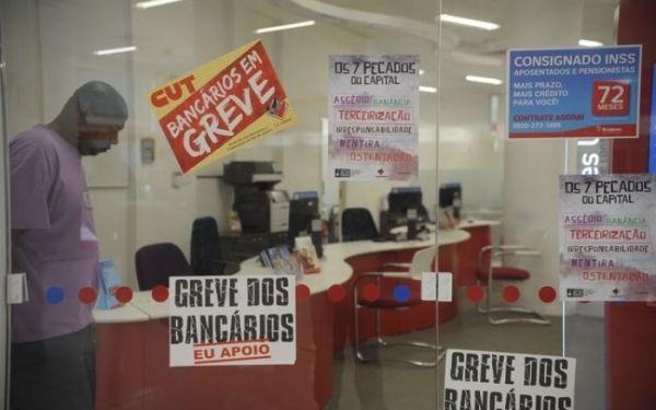 Enquanto bancários fazem greve por reajuste de 16%, bancos elevam salário do alto escalão até 80%
